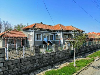 Ready to move in 2 bed 1 bath detached property for sale. 1450 sq.m. garden, garage and outbuildings, 15 min drive to city Dobrich
