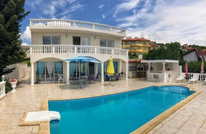 * Sold * Immaculate 3 bed 2 bath villa with large swimming pool and stunning sea views