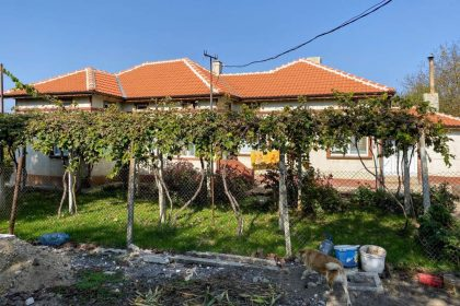 3 bed house in excellent condition, outbuildings, 1650sqm garden, 10min to Toshevo