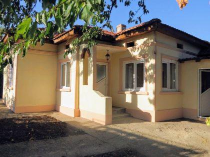 Renovated 2-bed bungalow near Toshevo, 860sqm garden, 30min to beach