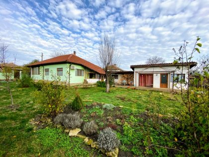 Renovated 2 bed bungalow with separate accommodation, 25min from the coast, 10min to town