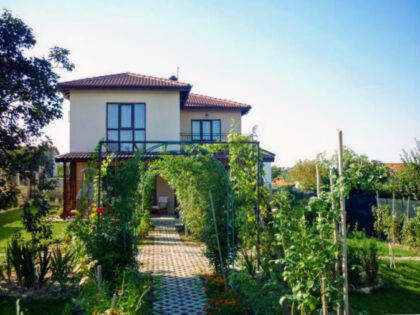 Bargain: 4-bed house near Varna, a short walk to a lovely beach