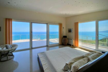 Luxury & Views: 5-Star Property with Unobstructed Direct Bay & Sea Views