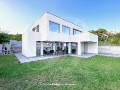 Modernist 3-bed villa with sea-view near Albena