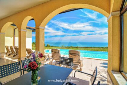 Wonderful 4-bed villa with pool and stunning sea-view in BlackSeaRama
